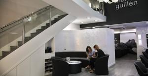 En esta zona nuestros clientes pueden, tomar un buen café e interactuar con las nuevas colecciones y novedades a través de las nuevas tecnologías, tablets, revistas, etc...
