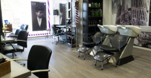 Nuevo concepto en barbería y peluquería masculina, lo último en estilismo y moda masculina, afeitado sensorial y tratamiento recuperador del cabello, cuenta con televisión, sofá afeitado, información con nuevas tecnologías como, tablets, ordenador, revistas, etc...